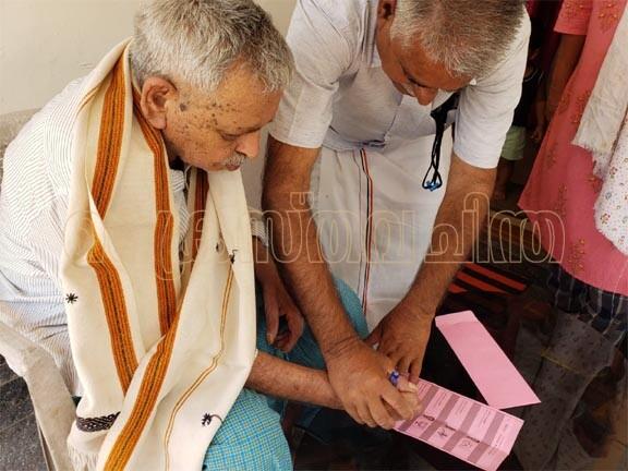 97-ാം വയസില് കുമളി ഇലഞ്ഞിമറ്റം ചാക്കോ ഏബ്രഹാം വോട്ട്  ചെയ്തു